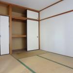 こちらのお部屋も収納スペースあります