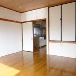 居間とキッチンの間には仕切り戸があります(居間)